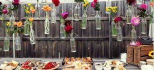 addobbi-matrimonio-low-cost-eco-ecologici-fai-da-te-facili-da-realizzare-bottiglie-e-fiori-appesi