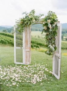 Back-Drop-scenografia-matrimonio-scenografico-super-pannelli-scenografici-porte-bianche-esterno-aperto-sposi-originale-wedding-casa-prato-natura-relaxIdee-originali-5-per-decorare-il-Matrimonio-fai-da-te