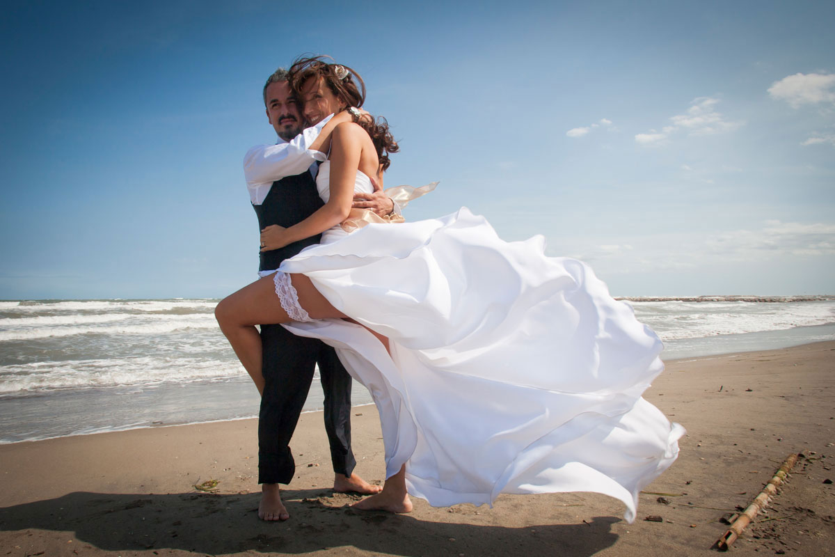 sposi-sulla-spiaggia-abito-corto-sposa-giarrettiera-sexy sposa-