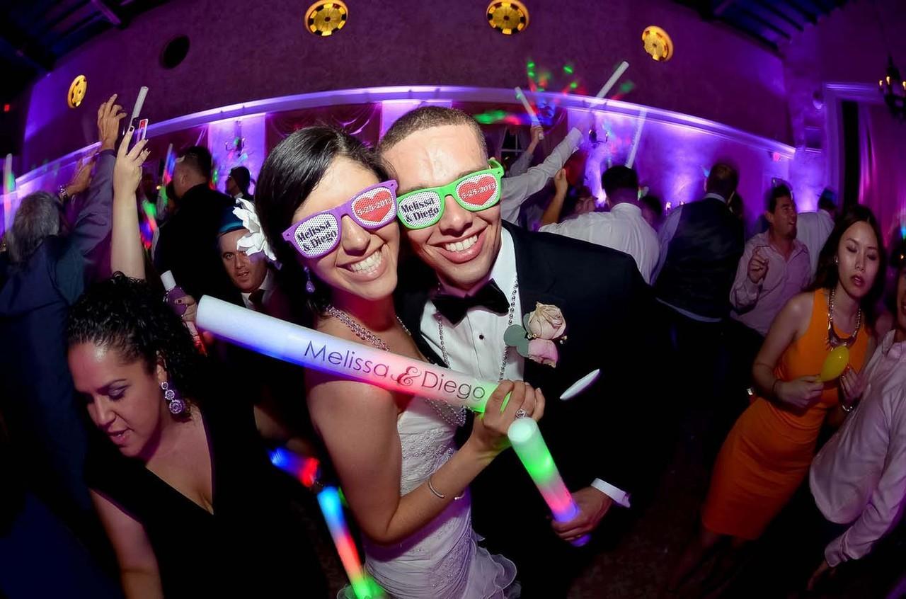 sposi-con-occhiali-personalizzati-photobooth-photo-booth-foto-colori-led-matrimonio-animazione-catania