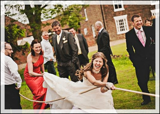 tiro-alla-fune-sposi-giochi per matrimonio-giochi-per-matrimonio-sposa-che-tira-fune-prato