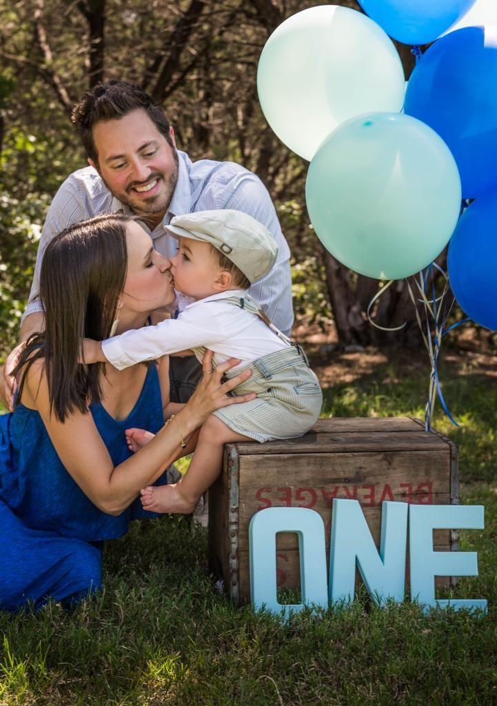 one-papà-mamma-figlio-primo-compleanno-giardino-palloncini-azzurri-animazione-musica-dj-intrattenimento